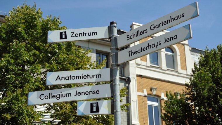 Blick auf touristische Hinweisschilder in Jena